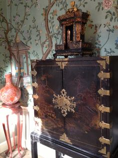 Georgian Town House with chinoiseries wallpaper and cabinet
