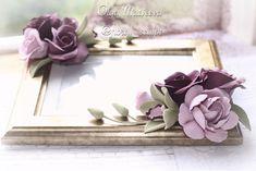 Темный бархатный цвет и золотая рамка вполне подходят для дамы философского возраста. Уважаемый возраст, уважаемые цвета, уважаемые цветы. Розы, орхидеи и гардения из глины Deco 💜😊