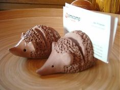 ... keramický, glazovaný ježko na oživenie kancelárie.