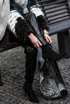Vinyl Pants und Fake Fur Jacke alles zum Vinyl Trend   Outfit mit Fake Fur Jacke und Vinyl Pants, Rock Pumps und Cross Body Bag in Metallic Optik   ootd, Fashion, Fashionblogger, Outfitinspiration   Julies Drescode Fashion Blog   https://juliesdresscode.de