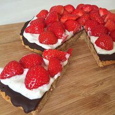 Jordbærtærte med marcipanbund Mini Wedding Cakes, Mini Cakes, Cake Recipes, Snack Recipes, Dessert Recipes, Danish Food, Pudding Desserts, Pie Dessert, Recipes From Heaven