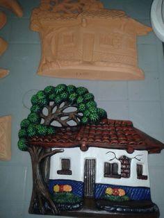 Trabajo de alumna en pintura en ceramica, yeso o barro. Color Crafts, Costa Rica, Clock, Houses, Diy Crafts, Ceramics, Painting, Home Decor, Roof Tiles