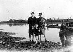 Fiume Po - Ritratto di gruppo - Due adulte con bambino (Ernesto Fazioli 1925)
