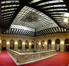 Parlament de Catalunya - Estil Barroc - Any 1718 Arquitecte i enginyer militar Pròsper de Verboom.Claraboia que cobreix l'escala d'honor. Quan va ser construït com a arsenal militar de la Ciutadella. De l'antiga Ciutadella que Felip V va manar construir, es conserven tres edificis: el palau del governador, avui un centre d'ensenyament; la capella, un edifici que actualment és una parròquia militar; i