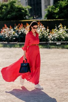 Wearing a red silk maxi dress and Hermès Kelly Retourne in size 32 (black, 65e416a2d2