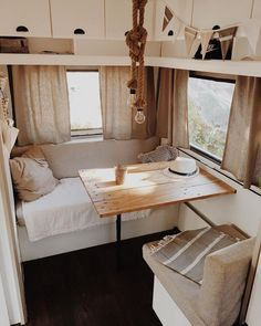 On vacation this summer? This is how you cheer up the camper or caravan - Eigen Huis en Tuin Caravan Makeover, Caravan Renovation, Caravan Vintage, Vintage Caravans, Vintage Caravan Interiors, Vintage Travel, Vintage Campers, Van Living, Tiny House Living