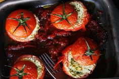 Aποφάσισα να ξεκινήσω τα γεύματα στη βεράντα με γεμιστές ντομάτες αλλιώτικες από τις άλλες. Θυμήθηκα μια ιταλική συνταγή που κάναμε κάποτε με την Κατερίνα στη Ρώμη που περιλαμβάνει αντζούγιες στη γέμιση και ψιλοκομμένα σφιχτά αυγά στη σάλτσα με την οποία συνοδεύεις τις ντομάτες. Greek Cookbook, Appetisers, Greek Recipes, Salads, Vegetables, Food, Gastronomia, Salad, Veggie Food