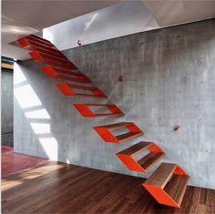 Escada flutuante: economia de espaço, design moderno e funcional. Gostou? Clique na imagem para acompanhar as tendências e dicas de decoração!