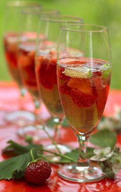 Pink fizz med rosa champagne og jordbær