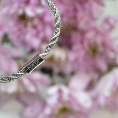 Grâce à son fermoir aimanté, le bracelet NOMAD s'ouvre et se ferme en un clin d'œil, d'une seule main. - #MyDalia #DaliaJoaillerie #Bracelet #Bijoux #Reflex #Instabijoux #Flowers #Fleur #Rose #Argent #Silver