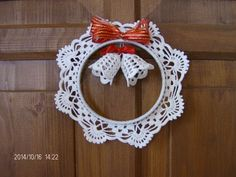 What a beautiful Christmas wreath - Salvabrani Crochet Christmas Wreath, Crochet Wreath, Christmas Crochet Patterns, Crochet Ornaments, Crochet Snowflakes, Handmade Ornaments, Crochet Crafts, Crochet Projects, Christmas Wreaths