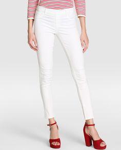 Jeggin en color kaki, con cintura elástica, dos falsos bolsillos delanteros y dos bolsillos traseros.