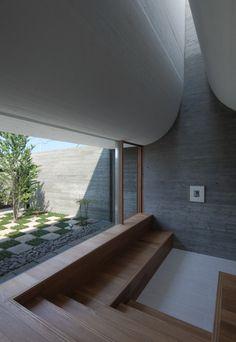 Het gebogen dak van het JuuL House in Yukuhashi verstrooit niet alleen het licht uit de dakramen op een dramatische wijze maar ook het geluid van de huiskamerconcerten die er gegeven worden aldus NKS Architects.