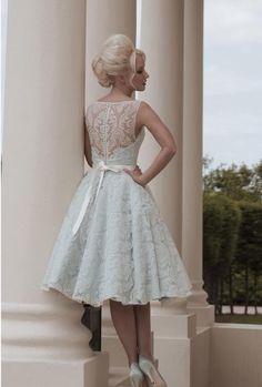 Prachtige korte stijl bruidsjurk gemaakt van organza. De top heeft korte mouwtjes en heeft een mooie halslijn welke prachtig bewerkt is. De jurk wordt helemaal op de hand en op maat gemaakt.
