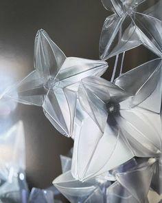 Man könnte meinen es handelt sich hier um schöne Blüten. Tatsächlich ist diese edle Konstruktion ein Bestandsteil einer Pendelleuchte von Slamp. Slamp ist ein Designer welcher moderate Kunststoff Leuchten herstellt. I Paddy Artist Interiors . . . . #light #lights #designerlook #elegantlook #newlook #amazing #interior #wood #instagood #details #designgoals #newdesign #exclusivedesign #new #design #interiorgoals #artist #loveit #perfect #amazing #ilovemyjob #ideas #interior4all #consulting… Designer, Instagram, Light Fixtures, Nice Asses