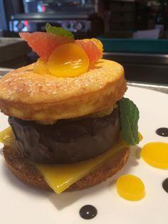 """L'Agape en Avignon, Biscuit Semoule, Gelée de Mandarine, Palet Chocolat, Amande Grillée composent ce """"hamburger sucré"""""""