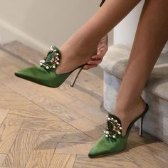 Regilla ⚜ Manolo Blahnik in collaboration with Rihanna Pretty Shoes, Beautiful Shoes, Cute Shoes, Me Too Shoes, Gorgeous Heels, Crazy Shoes, Green Heels, Manolo Blahnik Heels, Mode Blog