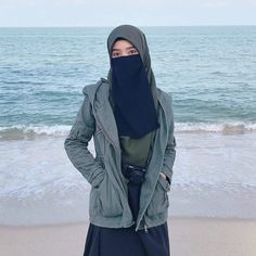 ย่าเอาตัวเองไปเทียบกับใคร อย่าเอาตัวเองไปเป็นคนอื่น เพราะสุดท้ายแล้ว ' ตัวเรา ' ก็คือ ' ตัวเรา ' 🍂♥ Hijab Niqab, Muslim Hijab, Hijabi Girl, Girl Hijab, Beautiful Muslim Women, Beautiful Hijab, Islamic Fashion, Muslim Fashion, Modest Fashion