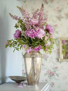 Samla alla rosa nyanser i en bukett. Odlade rosor och vildrosor, lupiner från vägkanten och luktpion...