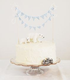 Kind of dying over this polar themed cake. It's super cute!