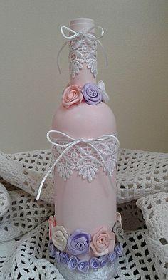 Garrafa de vidro pintada e decorada a mão artesanalmente com fitas, rosas, rendas e mimos!!    Altura: 30 cm  Diametro: 8 cm  Peso: 500 g