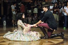 """BTS - Idina Menzel as Nancy Tremaine and James Marsden as Prince Edward in """"Enchanted"""" (2007)"""