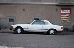 """En 1971, Mercedes-Benz remplace la célèbre SL """"Pagode"""" par une nouvelle génération de roadster, nom de code R107. La marque présente également un coupé, C107. Si c'est la première – et seule – fois que Mercedes réalise un coupé sur la base d'un roadster, la"""