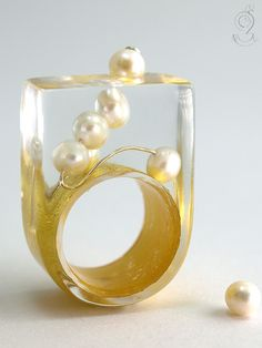 Round view – abstract pearl ring with real white pearls on a ring covered with gold leaf made of resin ///// © Isabell Kiefhaber www.geschmeideunterteck.de