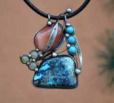 Hrášky- chryzokol, karneol, prehnit Šperk je vyroben cínováním. Tvoří jej jeden veliký chryzokol 3,5 x 2,5 cm s úžasným, nezvyklým zabarvením.Nedá se říct, zdaje na světlém podkladě tmavá kresba či nopak na tmavém pdkladě kresba světlá.Nedílnou součástí šperku je tlumeně oranžový karneol ve velikosti 3 x 2 cm. Doplňují jej modré howlity seřazené ...