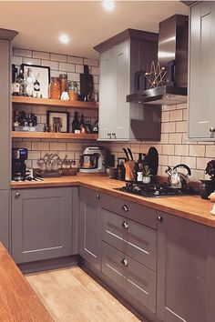 With chunky Solid Oak worktops and shelves to match, this Shaker kitchen in Gullwing Matt gives off … Wren Kitchen, Cosy Kitchen, Shaker Kitchen, Stylish Kitchen, Kitchen Units, Home Decor Kitchen, Kitchen Interior, Home Kitchens, Kitchen Ideas