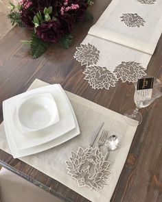 Fotoğraf açıklaması yok. Modern Table Runners, Lazy Daisy Stitch, Flower Embroidery Designs, Christmas Coloring Pages, Wedding Napkins, Cross Stitch Flowers, Printed Bags, Christmas Colors, Sewing Techniques