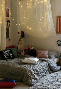 Подушки, гирлянда, штора, уют