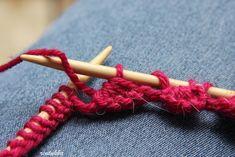 Ensimmäistä kertaa törmäsin neuleohjeessa piparkakkureunaan, joka tehdään neulomalla. Tämä on niin monikäyttöinen reunus, että ajattelin ... Crochet Chart, Knit Crochet, Knitting Socks, Handicraft, Clothes Hanger, Mittens, Needlework, Diy And Crafts, Knitting Patterns