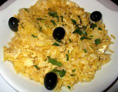 MORUE A LA PORTUGAISE / 800 g de Morue ,1 kg de Pommes de terre ,2 œufs , 2 oignons, 1 ou 2 gousses d'ail, Huile d'olive (voir le site pour + d'infos)     Persil