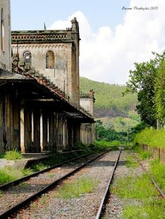 Abandoned Places, Abandoned Buildings, Old Train Station, Railroad Pictures, Old Trains, Train Tracks, Cool Landscapes, Locomotive, Railroad Tracks