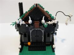A Halloween House i made for Halloween. Lego Halloween, Halloween Haunted Houses, Halloween House, Happy Halloween, Halloween Stuff, Lego Projects, Projects To Try, Lego Gingerbread House, Lego Bots