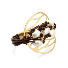 Pulsera Tulum Leather   Pulsera de cuero con perlas y abalorios dorados sobre medalla dorada mate de MAR BCN