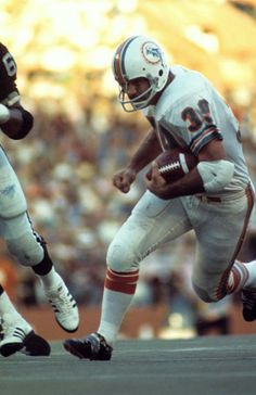 Larry Csonka, 1973 AFC championship game, Oakland at Miami Nfl Football Players, Football Memes, Nfl Playoffs, Football Stuff, School Football, Nfl Miami Dolphins, Football Conference, Football Photos, Sports Images