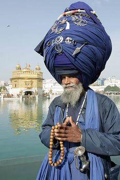 Guerrier Sikh -Inde  Un membro del cosiddetto 'esercito Sikh Nihang' davanti al tempio d'oro ad Amritsar, durante una festa religiosa (Afp)