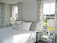 Tapete in Ziegeloptik in weiß und Gardinen mit Blumenmuster