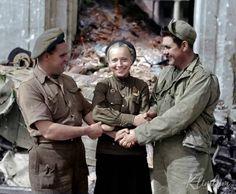 Англичане (слева), Советской (в центре) и американский (справа) солдат пожать руку за пределами руин Рейхсканцелярии в союзных оккупированном Берлине, почти через год после окончания военных действий. Новой Рейхсканцелярии (немецкий: Рейхсканцелярии) здания...