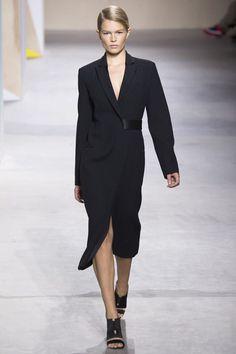 Модель в черном платье от Boss Hugo Boss
