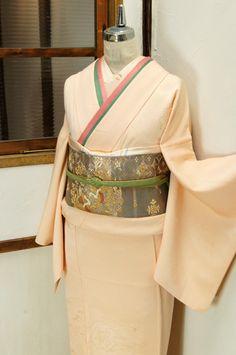 透かし刺繍のレースを切嵌めたような裾模様美しい色無地着物です。