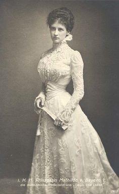 Edwardian bride in lace, 1910.