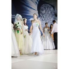 Biele svadobné šaty Venecia One Shoulder Wedding Dress, Salons, Wedding Dresses, Fashion, Venice, Lounges, Alon Livne Wedding Dresses, Fashion Styles, Weeding Dresses