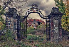 Überwachsener Palast in Polen