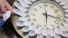 Making A Wall Clock - Simple Wall Decor Ideas Diy Clock, Clock Decor, Diy Wall Decor, Clock Wall, Wall Art, Plastic Spoon Crafts, Plastic Spoons, Diy Crafts Hacks, Diy Home Crafts