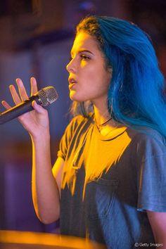 Os longos cabelos azuis marcaram o início da carreira musical da jovem