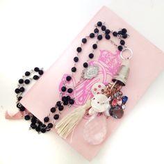 VENDUTO Amuleto deluxe realizzato con catenina rosario, medaglietta sacra in argento, bottoni in madreperla, pendente in cristalli colorati, goccia di vetro e nappa in seta.