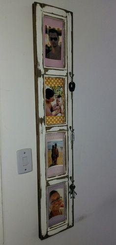Porta retrato com suporte para chaves feito com bandeira de janela de madeira.